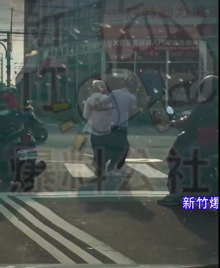 一名騎士因熱心攙扶阿公過馬路,將機車暫停於路中間,竹北分局今天表示,因出於不得已...