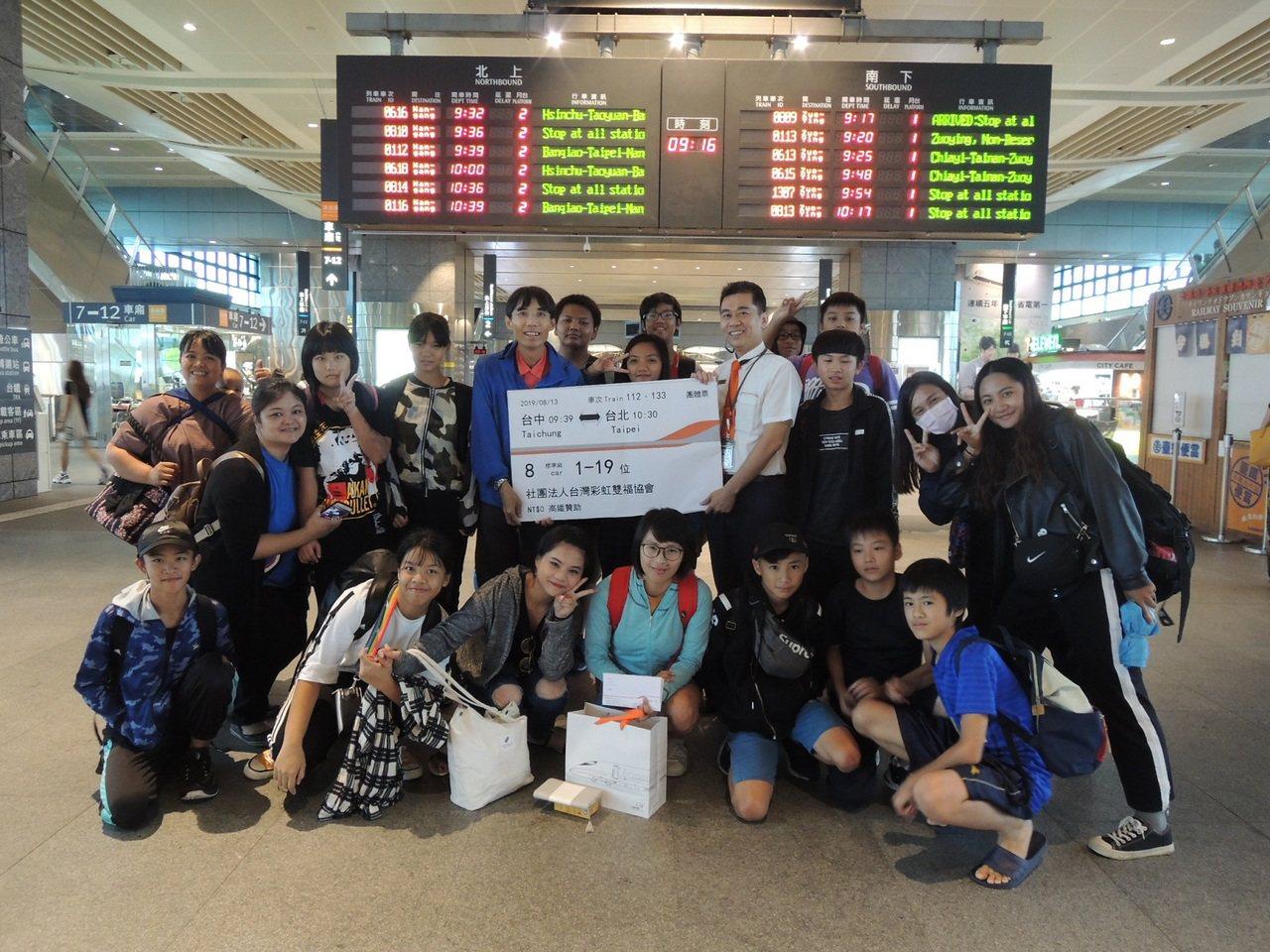 台灣高鐵公司致贈車票給南投彩虹雙福協會。圖/台灣高鐵公司提供