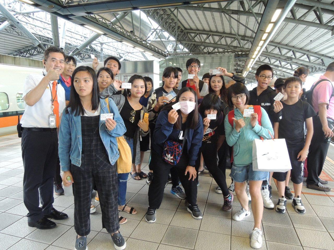 南投縣彩虹雙福協會19名位師生今天上午開心展開感恩回饋之旅。圖/台灣高鐵公司提供