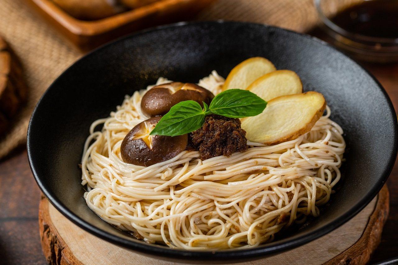 麻油老薑乾拌麵-選用宜蘭在地老薑與黑胡麻油,開發出最溫潤香醇的經典好味道、簡單滋...