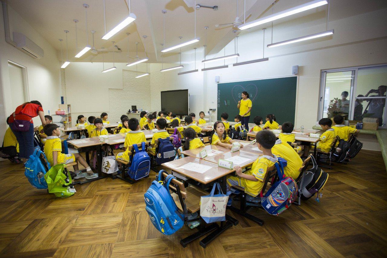 教育處長黃錦能表示,目前有近30所學校完成招標,並陸續啟動電路改善施工,預計今年...