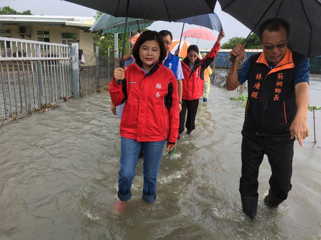 雲林縣今晨雨勢不斷,莿桐鄉、斗六市、西螺鎮等地陸續傳出積、淹水災情,許多道路、農...