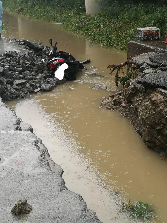 高雄市岡山區崑山西巷高速公路下方的水溝內發現一部機車,林姓女騎士落水身亡。記者賴...