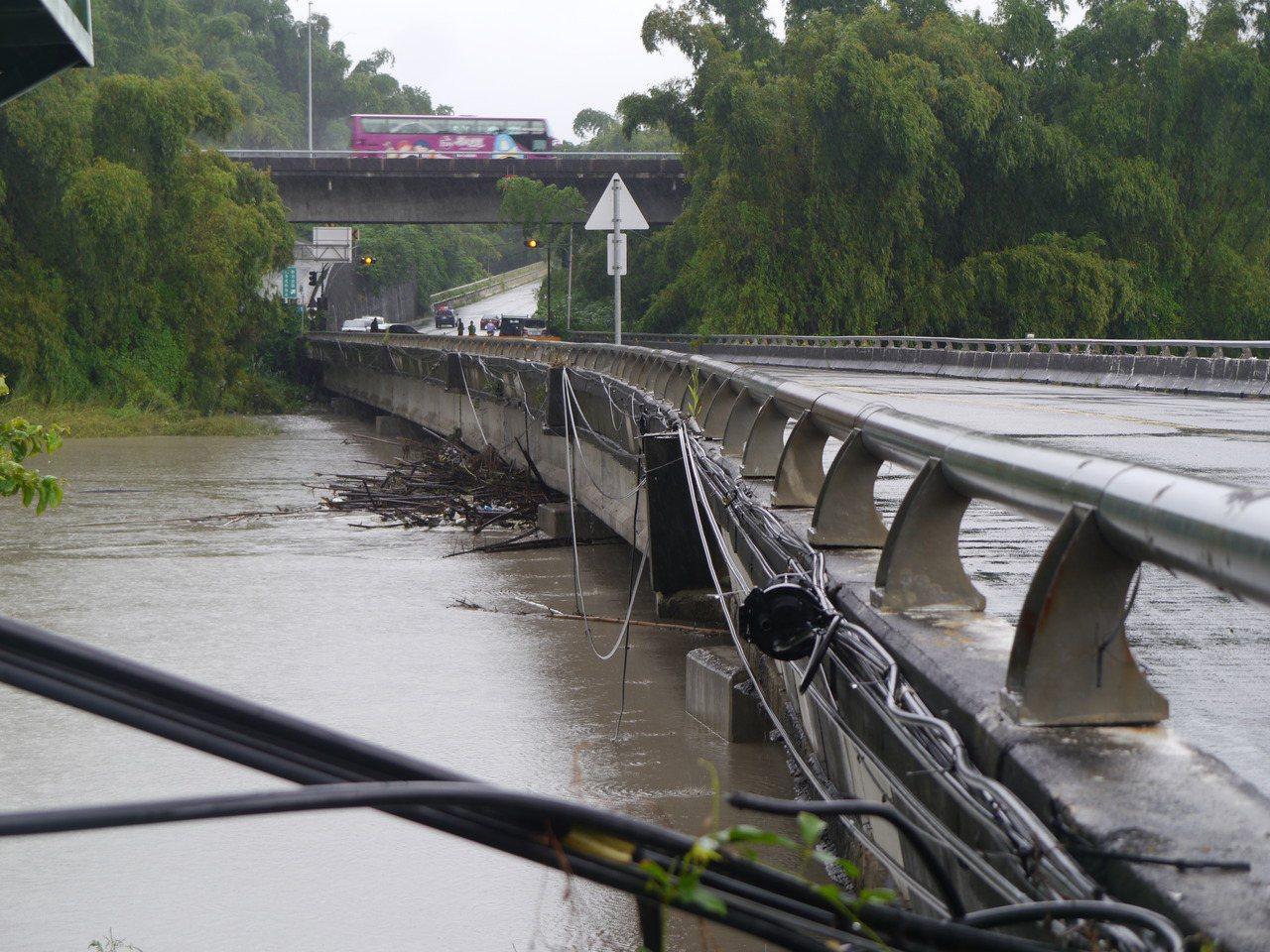 二仁溪暴漲,田橋崇德橋下水位一度逼近橋面,警方實施預警性封路。記者徐白櫻/攝影