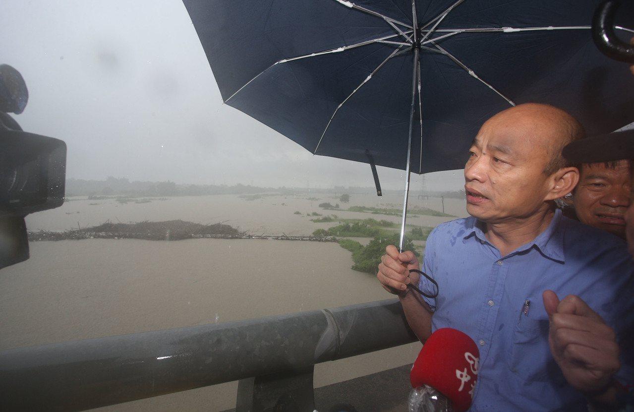 高雄市長韓國瑜在高雄、台南接轄處的高鐵橋上勘災,中路橋(圖片左中位置)已經淹沒在...