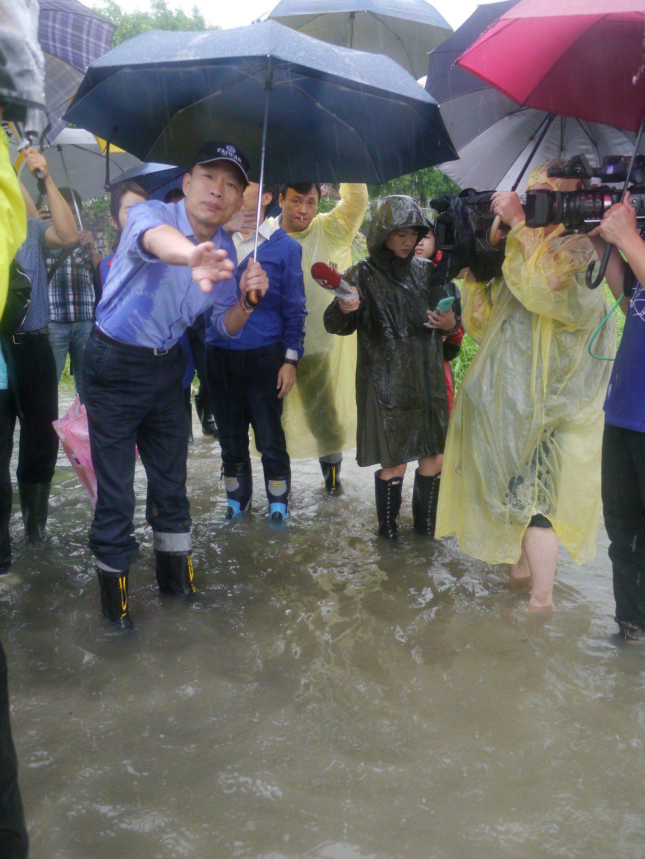 高雄市長韓國瑜勘查阿蓮石安橋。記者徐白櫻/攝影