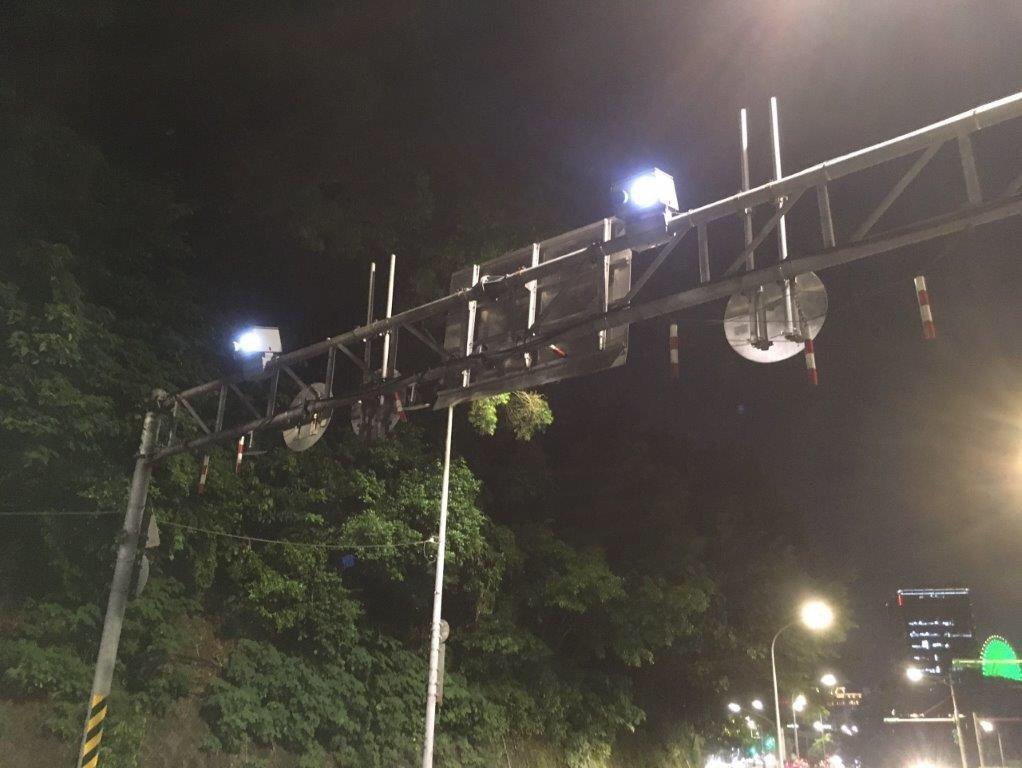 自強隧道出入口兩端均有設置攝影偵測裝置,用來記錄車輛進出時間點。圖/北市交通警察...