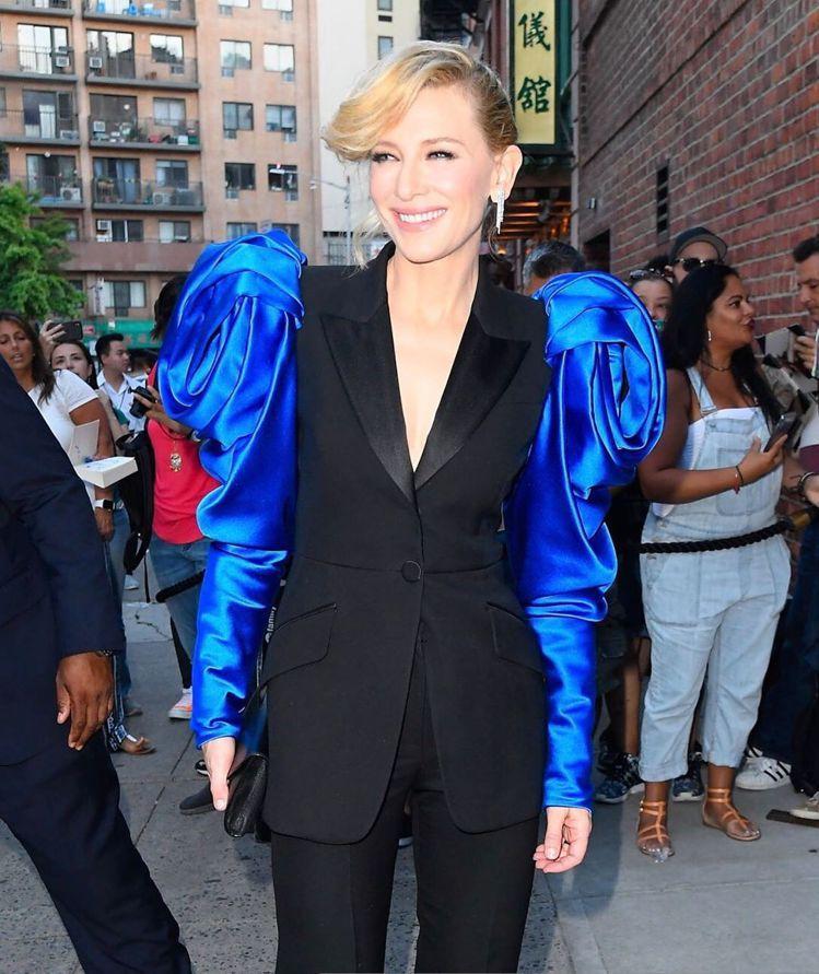 凱特布蘭琪輕鬆駕馭Alexander McQueen套裝。圖/取自IG