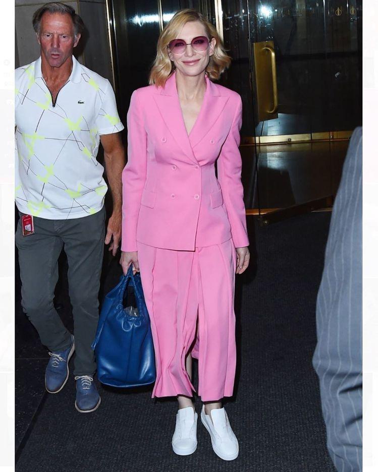 凱特布蘭琪穿粉色Akris 2020早春套裝,搭配話題品牌Greats的休閒運動...