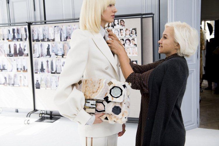 Silvia Venturini Fendi 確認每一套高級訂製服的細節。圖/F...