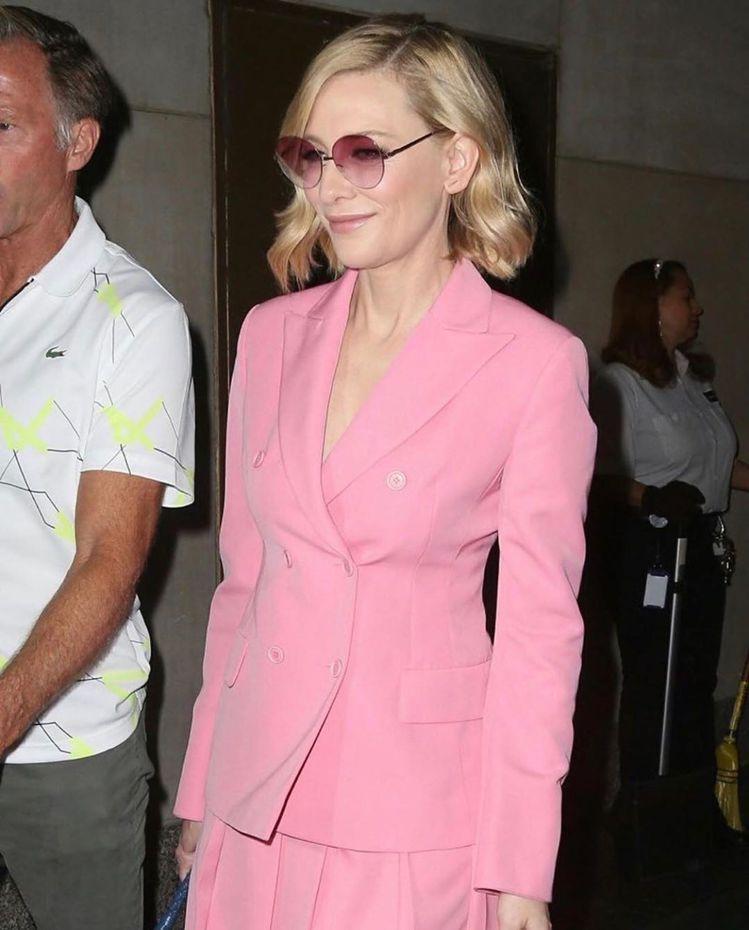 凱特布蘭琪穿粉色Akris 2020早春套裝。圖/取自IG