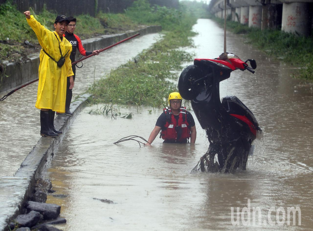 高雄岡山林姓女騎士今天上午上班時疑似被大水沖走,搜救人員在現場搜尋,並將她的機車...
