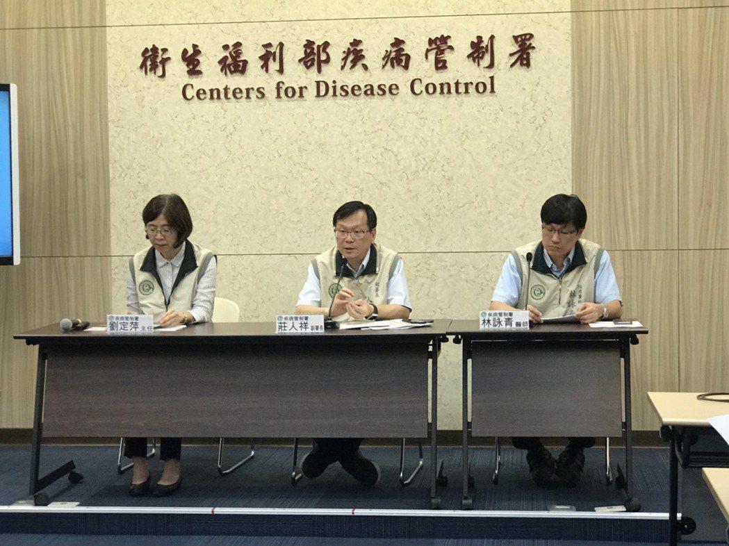 疾管署今天公佈新增一例腸病毒克沙奇A10型併發重症病例,疾管署副署長莊人祥(中)...