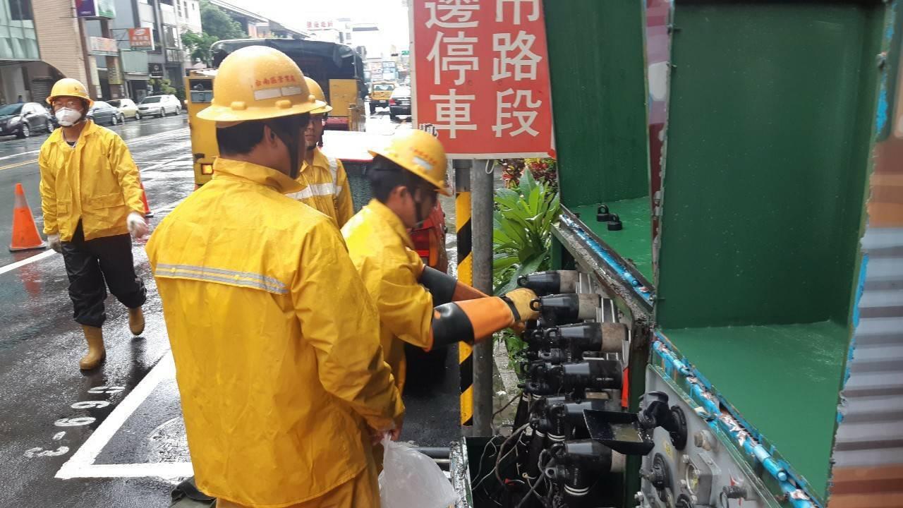 台南大雷雨造成3000多戶停電,台電施工人員上午忙著搶修。圖/台電提供