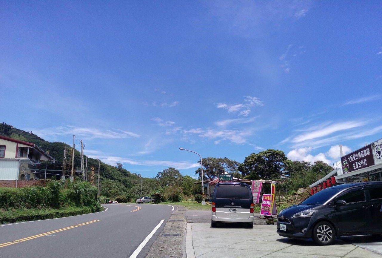 從嘉義隙頂二延平往阿里山區望去,山上一片藍天。圖/讀者提供