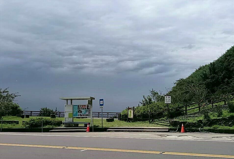 從嘉義隙頂二延平往山下望去,仍嘉義市及中埔等地仍烏雲密布。圖/讀者提供