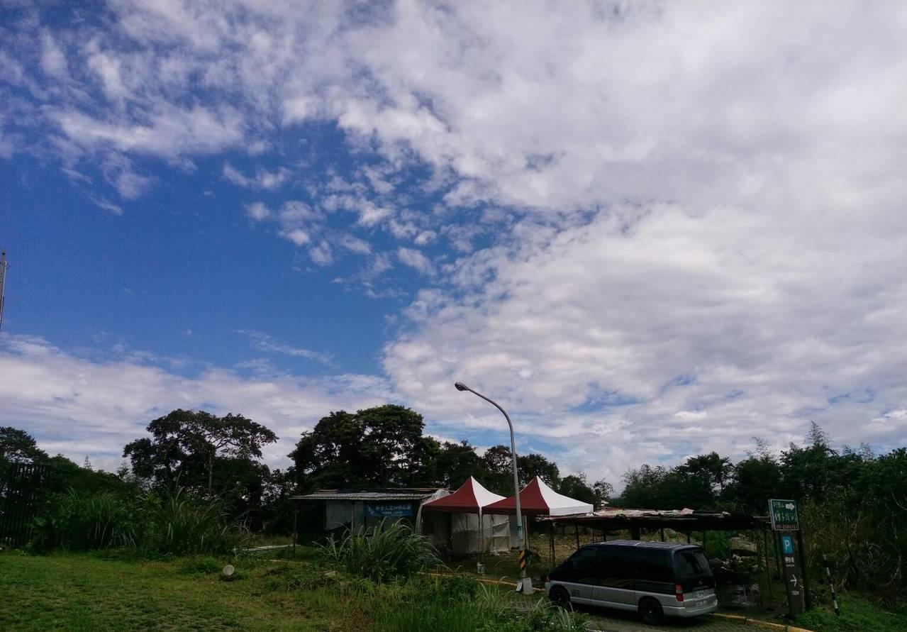 嘉義隙頂二延平山區一邊藍天、一邊雲層。圖/讀者提供