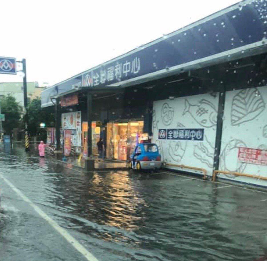 和美市區德美路一帶今天上午因下大雨又淹水,全聯賣場外也淹水,影響民眾出入。圖/翻...