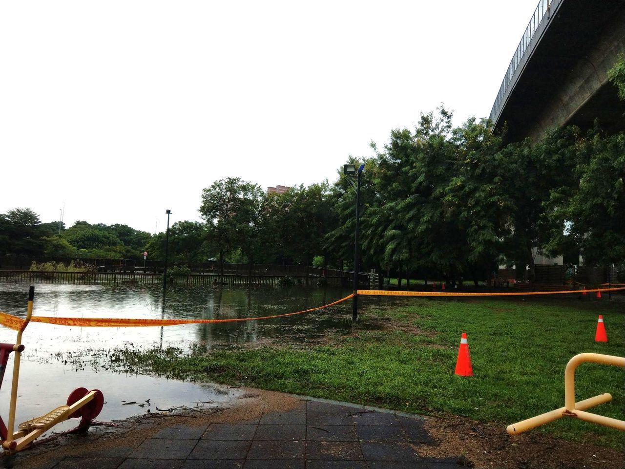 彰化市寶廍里的景觀公園景觀池今天上午因池水漫溢嚴重,公所立即圍起警戒封鎖線,連同...