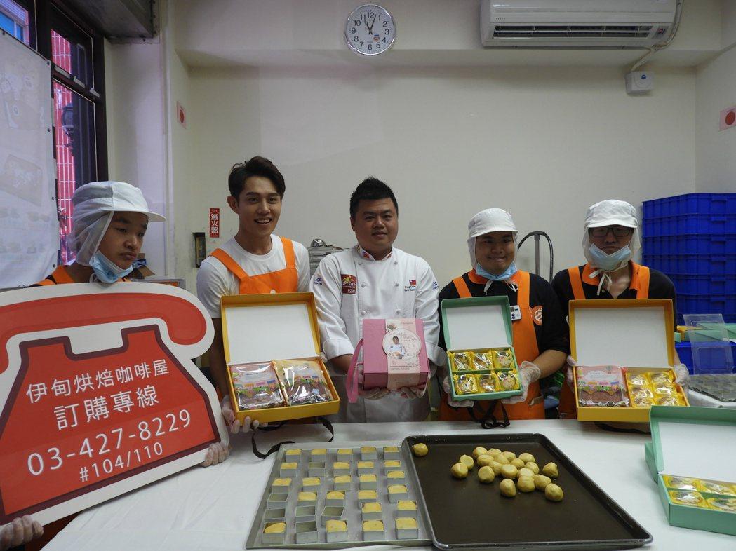 伊甸基金會今年推出新款月餅,邀請到世界麵包冠軍王鵬傑(中間)作技術指導在記者會上...