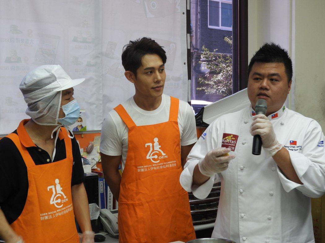 伊甸基金會今年推出新款月餅,邀請到世界麵包冠軍王鵬傑(右一)作技術指導在記者會上...