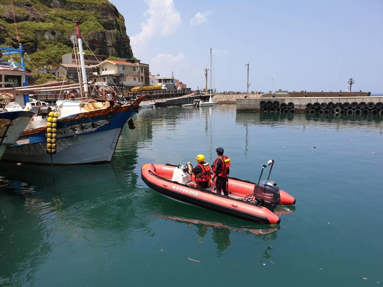 蔡姓男子不見人影,救難人員在鼻頭海域找尋搜救。記者吳淑君/翻攝