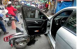 台中市警局交通大隊統計今年1月至6月不當開啟車門而引發的交通事故,造成275人受...