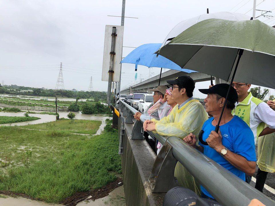 行政院副院長陳其邁從高鐵橋上觀看中路橋淹沒情況。圖/翻攝陳其邁臉書