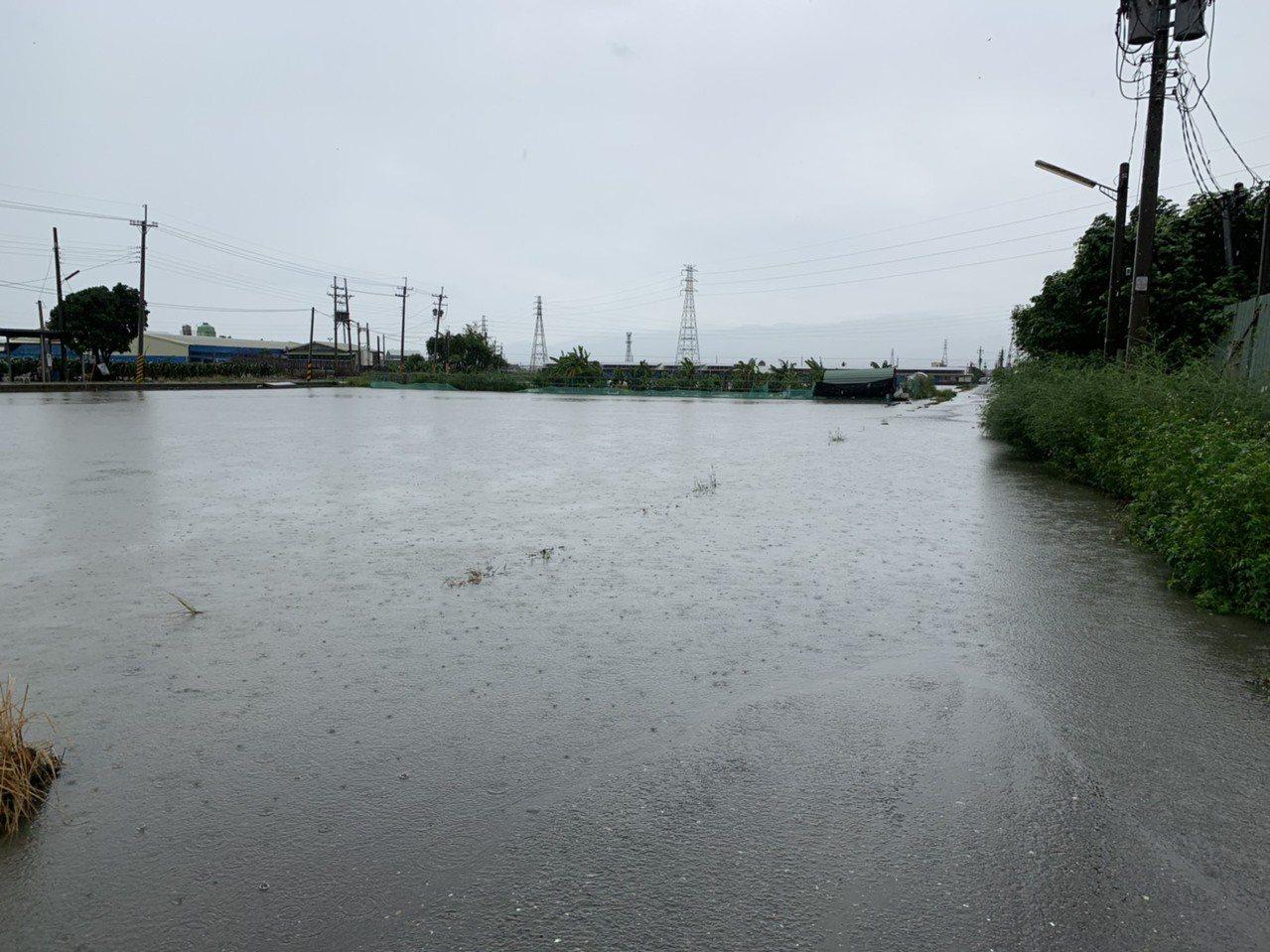 雲林縣大埤鄉嘉興村部分地區農水路宣洩不及,出現淹積水現象。圖/大埤鄉公所提供