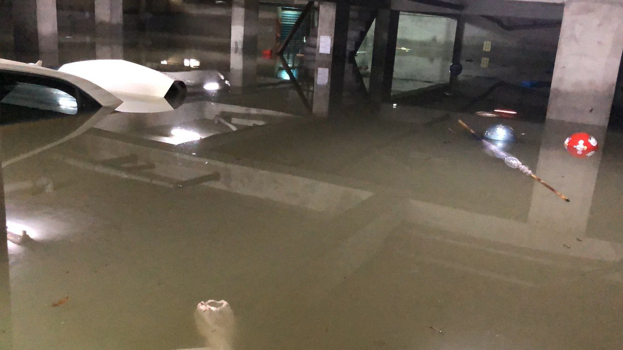 住戶都淹怕了,凌晨雷雨交加,紛紛將轎車及機車駛離地下室,往高處疏散,還是有轎車來...