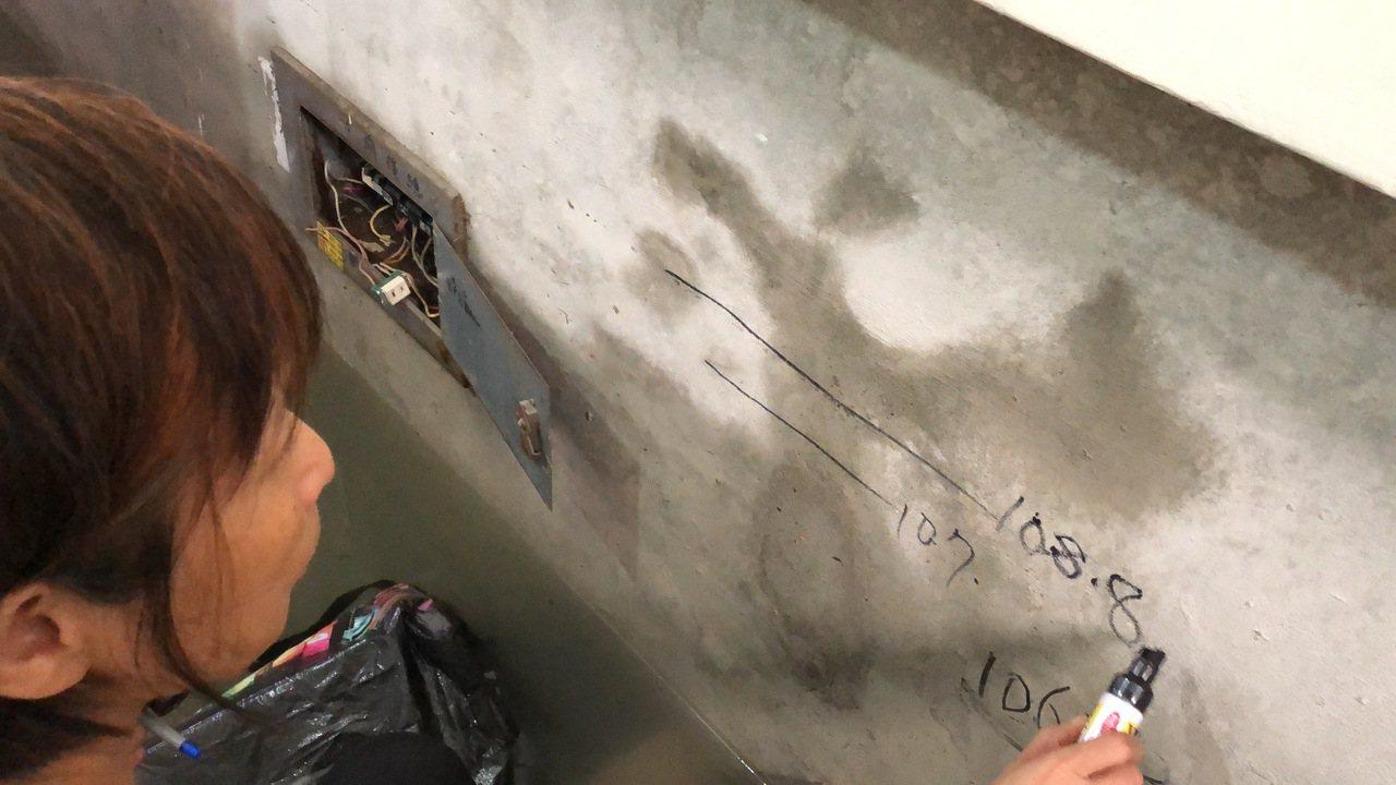 該棟公寓大樓住戶陳太太用麥克筆劃出水痕,「這已連續3年淹水,而且一年比一年高」。...