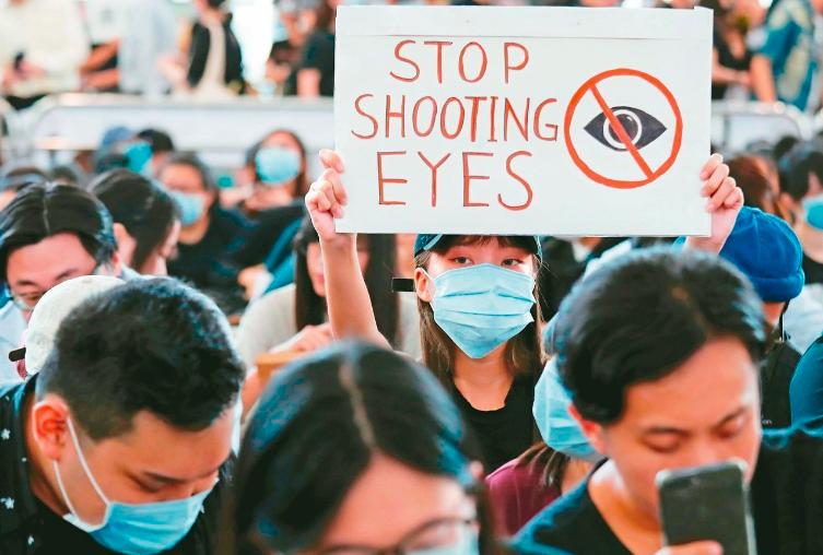 香港示威者聲援疑眼睛中彈女子,昨天發起「黑警還眼」集會,癱瘓香港機場。路透