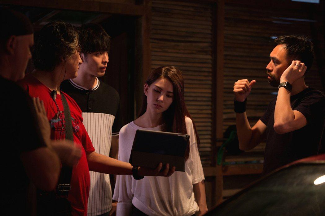 導演陳奕先(右)與昆凌(右2)、曹佑寧(左3)合作愉快。圖/創映電影、量能影業提...