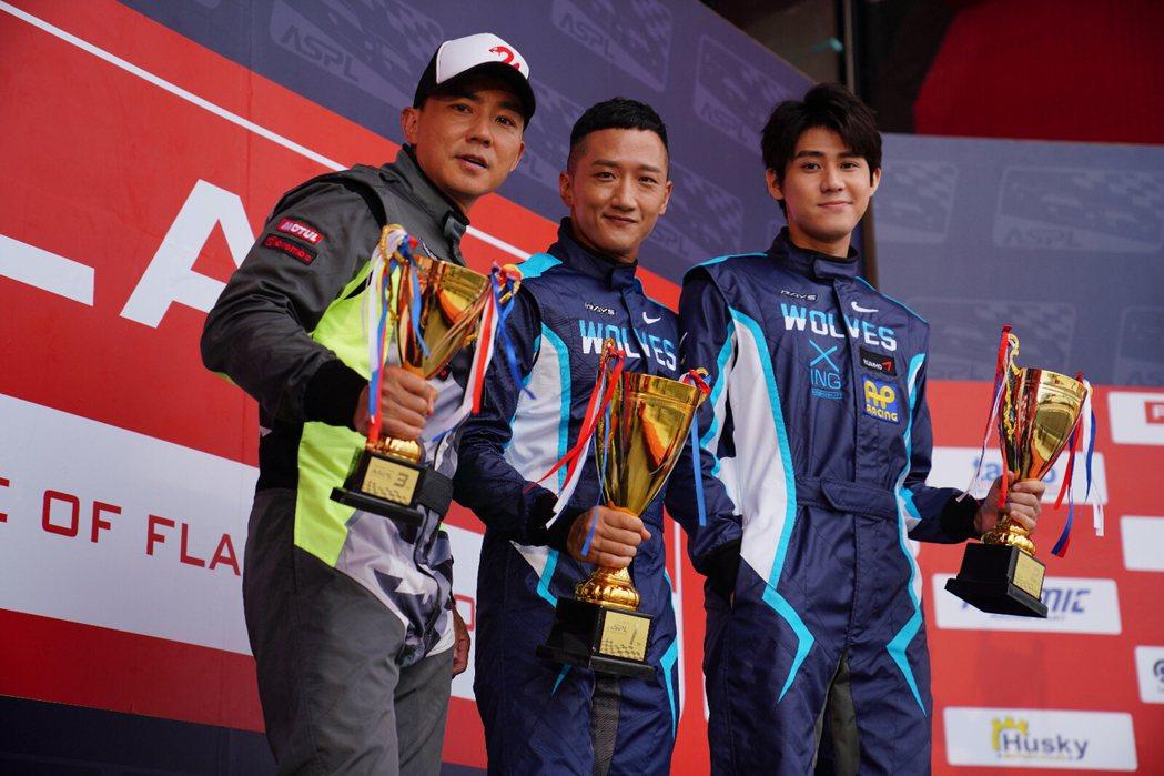 監製劉畊宏(左起)、高英軒以及李玉璽穿著賽車服帥氣合影。圖/創映電影、量能影業提