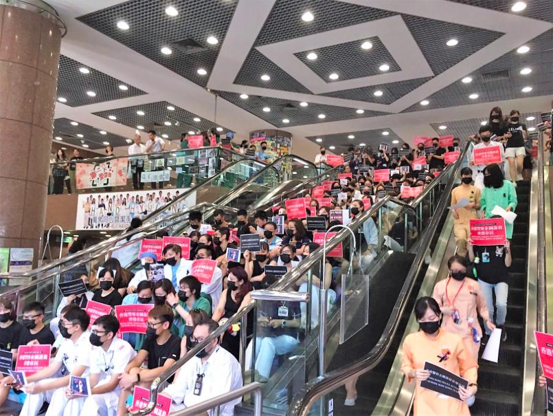 今天中午伊利沙伯醫院集會有逾200人出席靜坐抗議,抗議香港警方濫用暴力。圖/取自...