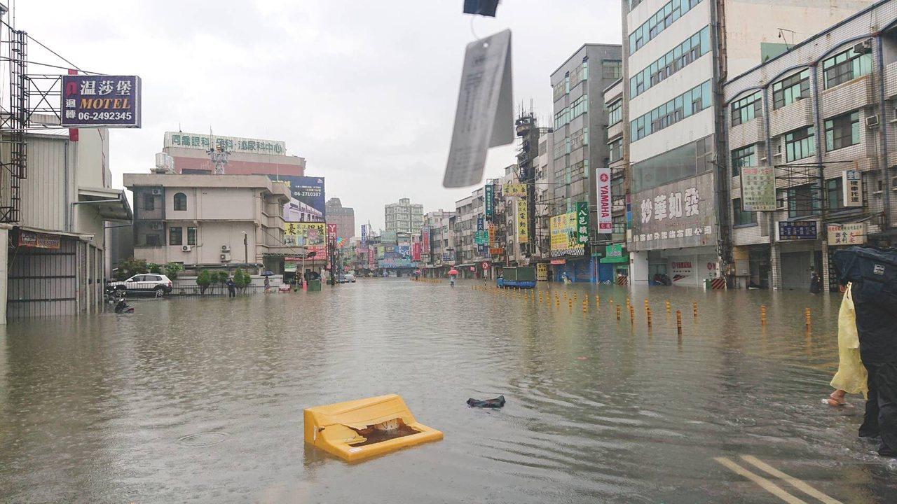 台南市溪南地區暴雨肆虐,一早多處積水。圖/台南市政府水利局提供