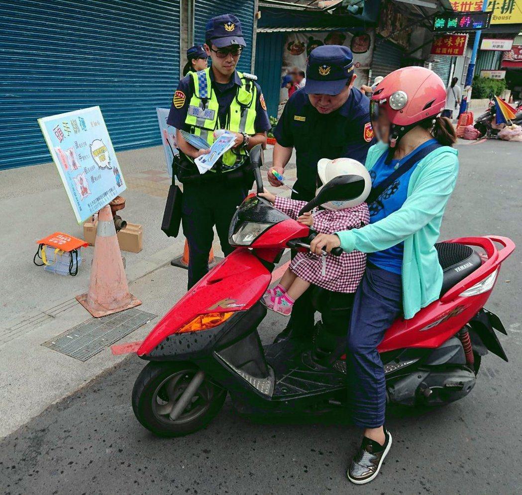 新莊警分局長林武宏向民眾宣導幼兒搭乘機車「三不」護安全  。記者巫鴻瑋/翻攝
