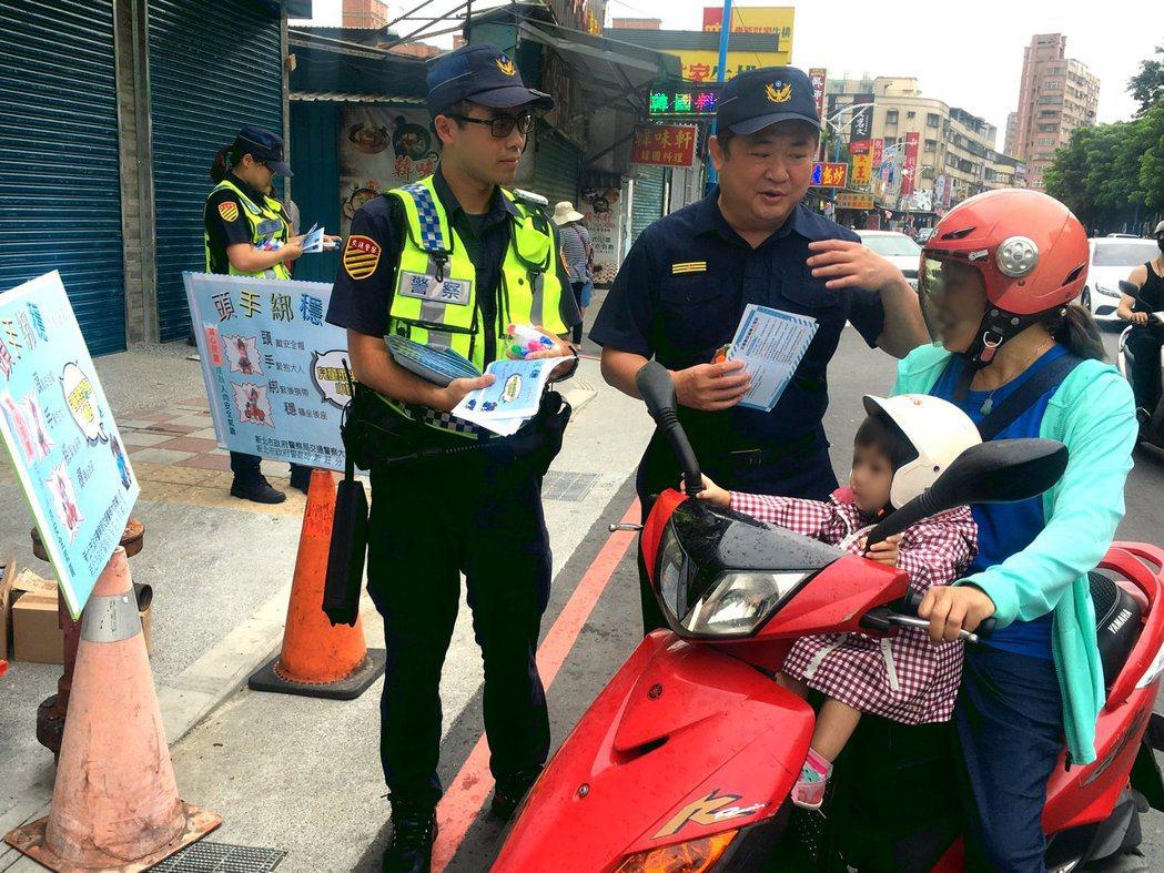 新莊警分局長林武宏向家長宣導幼兒搭乘機車「三不」護安全  。記者巫鴻瑋/翻攝