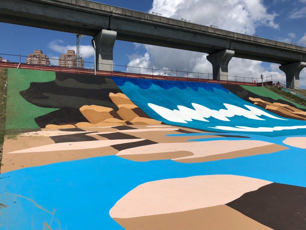 新北大都會公園「瀑布滑草場」啟用活動因上周利奇馬颱風的影響,完成復原作業後,周日...