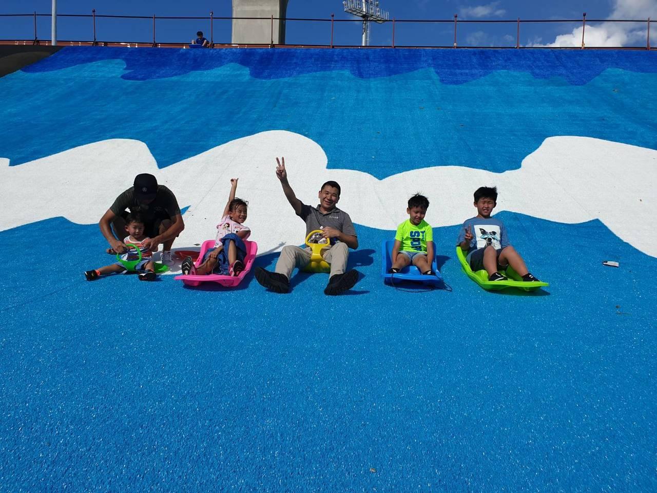 新北大都會公園「瀑布滑草場」啟用活動因上周利奇馬颱風的影響,完成復原作業後,本週...