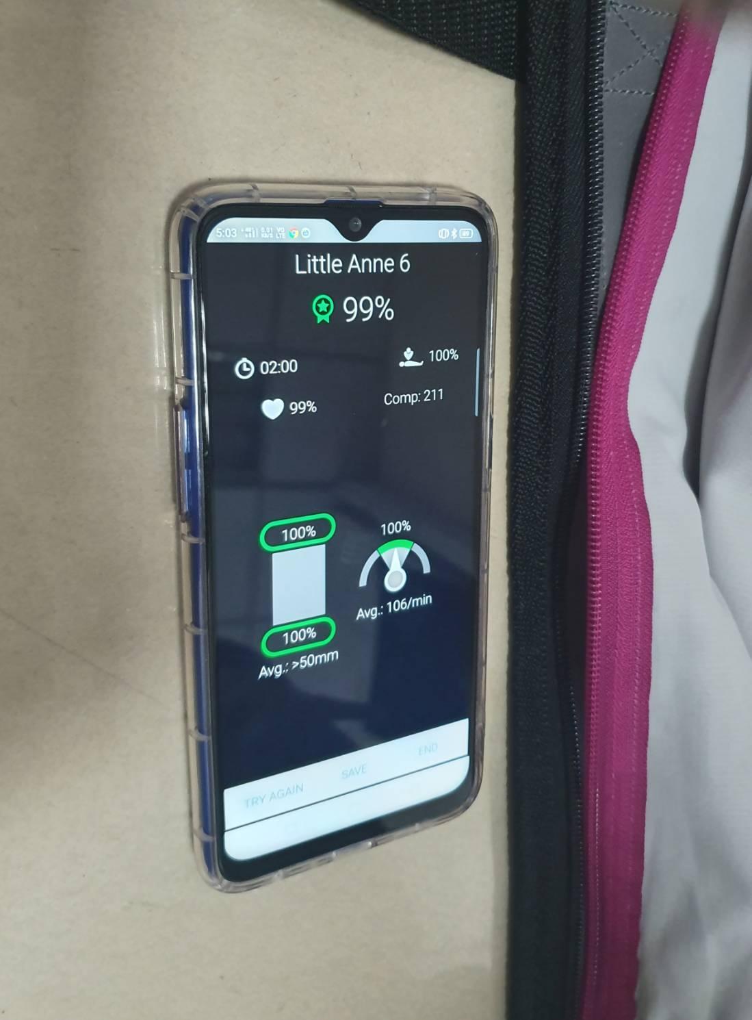 「QCPR」在與科技產品連接藍芽後,可在APP上監測胸部按壓的次數、吹氣比及按壓...