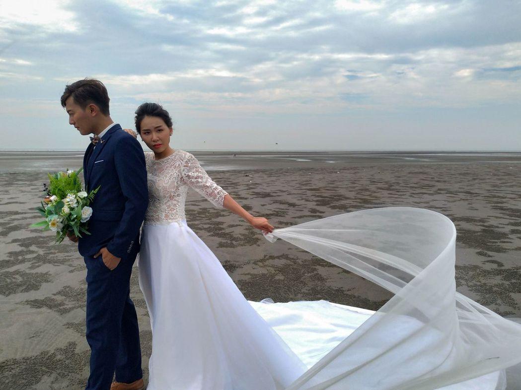 大安濱海樂園的海岸,吸引新人到此拍婚紗照。圖/台中市觀旅局提供