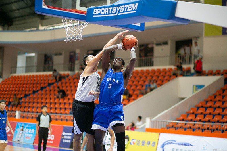 大專籃球聯賽(UBA)公開男一級外籍球員人數創新高,十六隊有三分之一有「外援」助陣。 圖/DLIVE提供