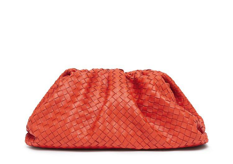 The Pouch系列包款也推出Bottega Veneta經典編織元素款式。圖...