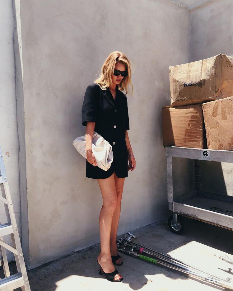 女星蘿西杭亭頓懷特莉愛The Pouch包愛到自動在IG進行「日常曬包」的動作。...