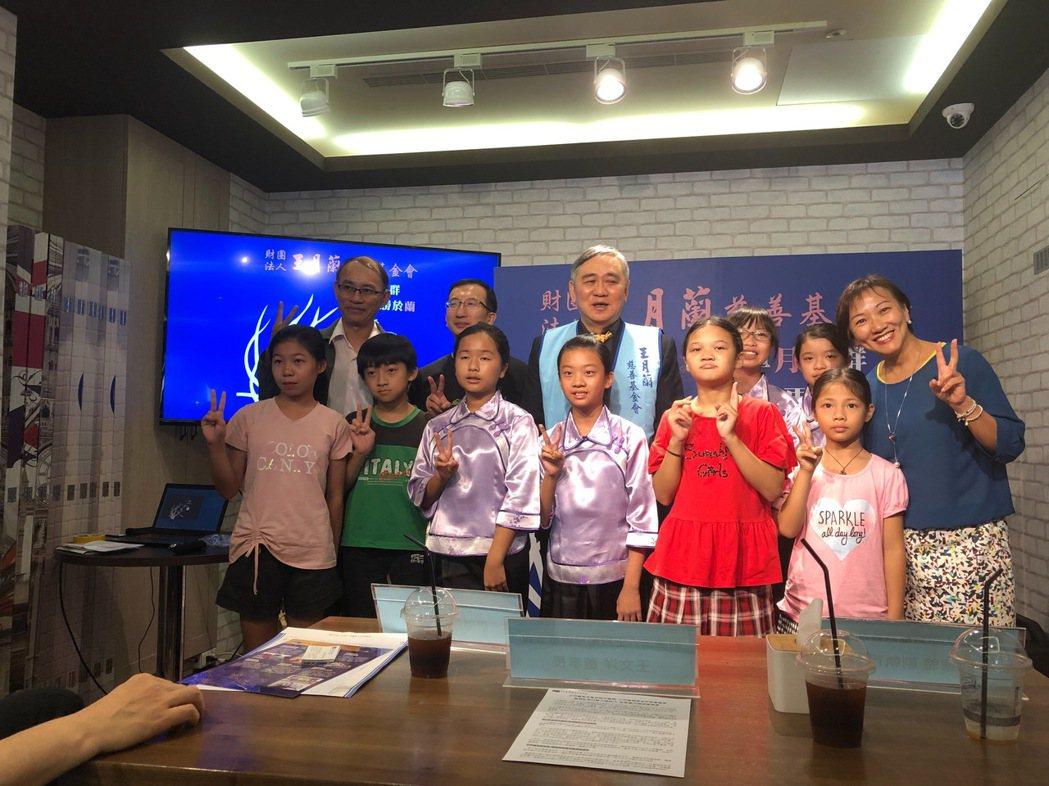 宏仁集團總裁王文洋今天出席他一手創辦的「財團法人王月蘭慈善基金會」記者會。記者張...