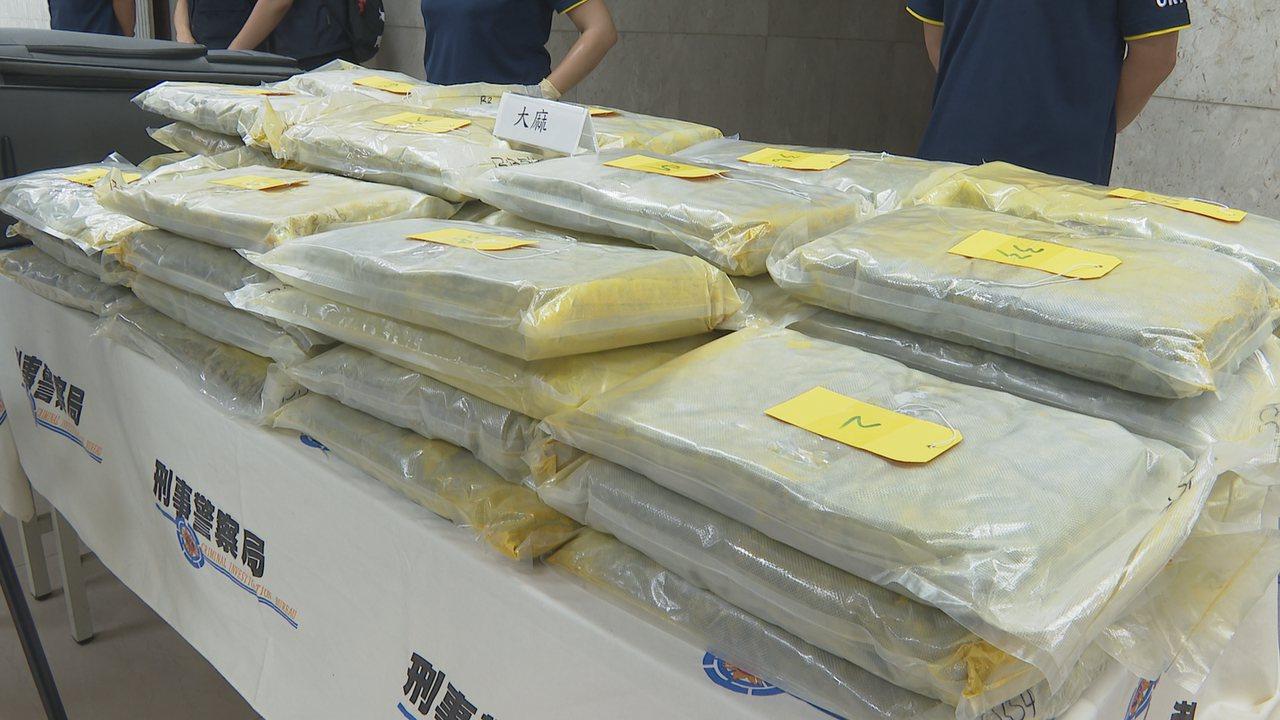 警方在企圖闖關桃園機場的嫌犯行李箱裡搜出大批大麻毒品。記者謝育炘/攝影