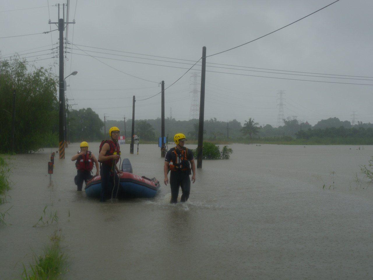 高市警消獲報,出動橡皮艇前往深度及胸的石安橋橋面搜救。記者徐白櫻/攝影
