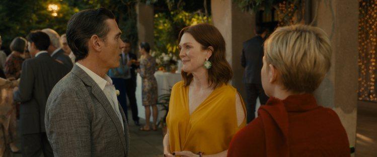 茱莉安摩爾在劇中配戴蕭邦18K白金鑲嵌沙弗莱石、粉色與黃色剛玉耳環。圖/蕭邦提供