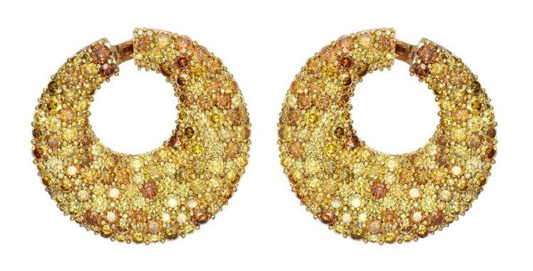 茱莉安摩爾在劇中配戴的蕭邦頂級珠寶系列18K玫瑰金鑲嵌黃鑽與橘鑽耳環。圖/蕭邦提...